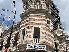 タクシーを捕まえようと思って歩いていたところ、なんとも可愛らしい外観の古い建物が見えてきました。国立テキスタイル博物館です。