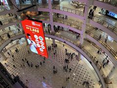 夜の噴水ショーまで少し時間があったので、ショッピングセンターへ。マレーシアはモールが充実していることで知られていますが、このショッピングモールはとても大きくて、高級ブランドを中心にカジュアルめのものまでたくさんのお店が入っていました。