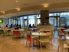地下2階 カフェ・ド・ジヴェルニー  営業時間:10:30~16:00  ※フードメニューの販売は14:30まで  席数:約230席  ケーキと飲み物、カレーや丼物の軽食。