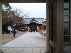 柿本神社  1   つい、高い所に立つと、下界を見下ろし、見晴らしの良い方に目がいってしまいます。  柿本神社にお尻を向けたまま、参拝が後回しになってしまいました。