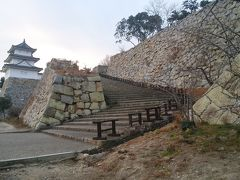 明石城  1   二つの櫓と二ノ丸の石垣。天守閣は、造られなかったそうです。(明石城公式ウェブサイト)