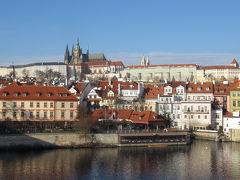 カレル橋からプラハ城を望む。