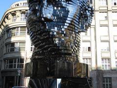 旧市街広場へ行く前に寄り道してカフカの像を見物。