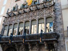 クアドロ男爵邸 正面 よく見るとカーゴイルの彫刻が並んでいる。