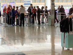 空港に移動して、チェックインをしようとしたら、エアポートエクスプレスから空港に入るところで航空券とパスポートのチェックが まだまだデモの名残が残っていますね