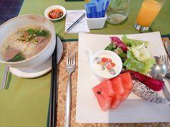 ホテルで急いで朝ごはんを食べ。