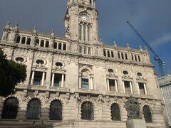 市庁舎です。 ここでちょっと失敗。 この日は土曜日で扉が閉まってました。 人影が少ないのはそうせいかもしれません。