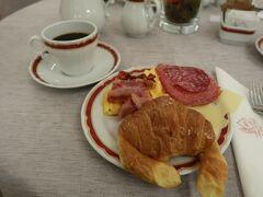 おはようございます? ローマ観光二日目です!  まずはホテルで朝食...! (7:00~利用できます) 昨日はヴァチカンに行くためにホテルを早く出たので朝食抜きだったんだ...  ホテルはAlbergo del Senato Romeというパンテオンのそばのホテルに泊まっているのですが... 朝食、とても美味しかったです! 料理はもちろんコーヒーも濃く、とても味わい深い!(?)