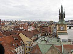 せっかくなので旧市街橋塔に上ってみます。100Kc プラハの街が近くに見えます。