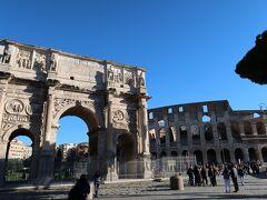こちらコンスタンティヌスの凱旋門。  コンスタンティヌス帝は4世紀ごろの皇帝でローマ帝国の一体化のために初めてキリスト教を公認したり、コンスタンティノープル(イスタンブル)に遷都したり現代にも大きな影響を残した人で、教科書に載っている様な人にまつわるもの、その人が見ていたかもしれないもの、それをこの目で見るのは感動です。  9:30、いざフォロ・ロマーノへ 【観光POINT】 フォロロマーノに行くには一度外の広い道に出て行きました。 EXIT ONLYの方に一度進んでしまったので気をつけてください!