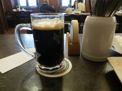 最後にホステルの近くにある有名なホスポダ「ウ・フレクー」に行きます。 ビールを頼むとこれが出てきました。たぶん特製黒ビールのFlekovskylezakだと思います。