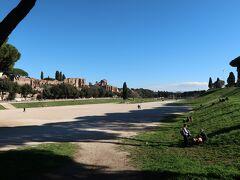 途中チルコ・マッシモという広い公園を通ります。 ここは戦車競技場跡の様で奥行きがとても長くなっています  横にはローマの遺跡も見えてここでお昼寝したら気持ち良さそう...