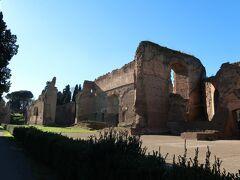 到着カラカラ浴場です。  カラカラ浴場とはローマ帝国の皇帝カラカラ帝によって建てられた浴場跡です。 カラカラ帝は教科書にも出てきておりアントニヌス勅令を出し全属州に市民権を与えた皇帝として知られています。