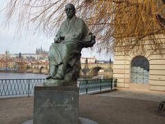 川を見つめるスメタナの像。(スメタナ博物館の前) カレル橋のたもと。