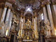 聖ミクラーシュ教会。華麗な装飾の主祭壇。