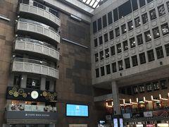 ホテルに荷物を置いて、九份観光へ行きます! 台北駅はほんとに広い~少し驚いたのが、みなさん地べたに座るんですね…座っておしゃべりしたり待ち合わせしてる人がたくさんいました。