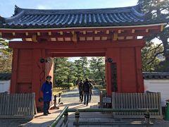 2<平等院> 宇治橋から5分ほどで、京都初詣の1番目「平等院」に到着。 ここを訪れたのは4~5年ぶりです。 京都市内から離れているためか、外国人の姿はあまり多くありませんでした。 ※世界文化遺産、拝観料600円