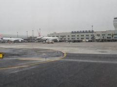 小雨が降る台北桃園国際空港に到着しました。 ターミナル2に到着となっていますが、建物はターミナル1です。