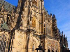 聖ヴィート大聖堂。ゴシック様式。 大きい。カメラに収まりきらない。