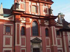こじんまりとした聖イジー教会。 920年に建てられた、プラハ城内最古の建物とのこと。