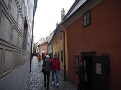 聖イジー教会を出て、黄金小路へ。寒い。 昨年も来ているので、わりとさっと通り過ぎた。