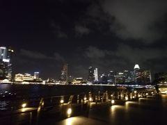 等間隔でカップルが座って夜景を見ています。