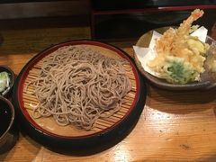 松本について、お城の側で早速腹ごしらえ?駅の門前の蕎麦屋さんで天ぷらそばをいただきました。