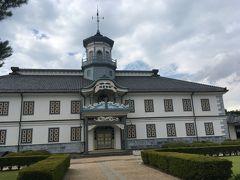 松本城から少し離れたところにある開智学校。洋風で独特な造りがユニークな学校です。松本城からバスで5分くらいかな。近い場所にあります。