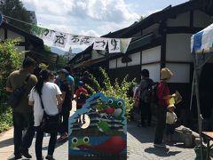 四柱神社の横にある縄手商店街(昔の町並みを再現した小さな商店街)ちょうど縁日というか、かえる祭りが開催されていて、カエルにちなんだグッヅなどが販売されていて、たくさんの人が訪れていました。お土産屋さんなども並んでいて、そぞろ歩きによさそうな街並みです。