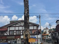 松本から諏訪へ。まずは下社からということで、松本から下諏訪駅まで。 駅前に御柱が!諏訪大社に来た感じがしますw長野冬季オリンピック開会式の際に建てられたもので、年代をかんじます。 駅のコインロッカーに荷物を預けて、歩きます。