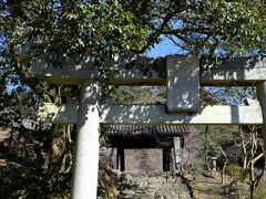 垂裕神社の鳥居と上に見えるのは 福岡県指定有形文化財の 黒門
