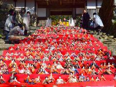 福岡県指定有形文化財の長屋門 に飾られた約350体のお雛様 見事に並べられています