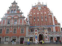 <リガ> 旧市街 ブラックヘッド会館。1941年にドイツ軍の空襲で破壊、1999年再建。時計の下に、ハンザ同盟の4都市、リガ、ハンブルク、リューベック、ブレーメンの紋章。
