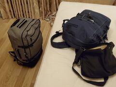 今回の荷物一式です! 灰色がコロコロ兼リュックにもなるバッグ「ソロツーリスト アブロードキャリー57」  紺色が「キャビンゼロ」っていう機内持ち込み可能な軽量で頑丈なバックパック あとは、片掛けバッグ「 anello 10ポケットショルダー」っての。。(本当は女性用らしい、、)