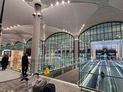 空港の右のほうに止まりました!国内線寄り 手荷物のカートを使うにはお金がいります。5リラだったかな?(きちんと返せばお金は戻るらしいけど、、戻す場所が見当たらない、、、実質有料)
