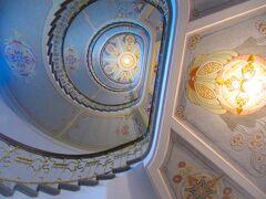 <リガ> 新市街 Alberta iela 12 の集合住宅内、ユーゲントシュティール博物館。Konstantīns Pēkšēns & Eižens Laubeの設計、1903築。玄関のみ見学、玄関上の螺旋階段。