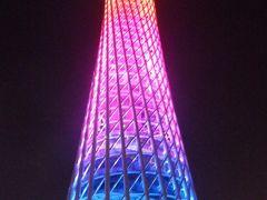 広州タワーはイルミネーションの色が次々に変わっていき、来場者を楽しませます。