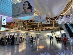 いつもの国際線ターミナル到着。 世間は3連休前日…の割にはやや人も少なめな感じ。