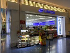 国際線ターミナルに到着したら上にあるセブンイレブンは閉まっているので、いつものエアローソンへ。 寝酒を1本だけ…。