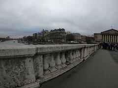 ブルボン宮殿が先に見えます