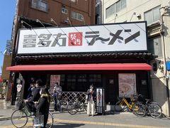 浅草寺に行く前、ラーメン屋さんを見つけて 入ることに お昼時とあって中は混んでいました。