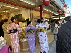 スイーツを買い求める着物姿の若いお嬢さん 普段は中国系の方が多いですが、日本語しゃべってました。
