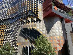 このモダンな建物はRMITという大学です。アート、デザイン、建築、ビジネス、etc。周りには幾つもRMITの建物が点在しています。