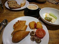 おはようございます、オーストラリア2日目です。 ホテルで朝食を頂きます。 パンやハム・卵料理など色々種類がありました、サラダが無かったのが残念。 フランスパンにクロワッサンどれも美味しかったです。