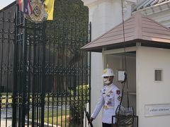 王宮の護衛もマスク!