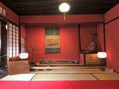 どこも手直し無しの昔のままですよと ガイドさんが強調する  独特な雰囲気のする、黒漆と赤い壁の前座敷ですね。