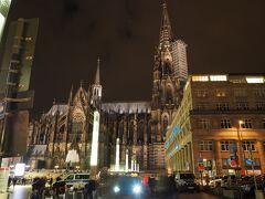 駅から出るとすぐ目の前に世界遺産のケルン大聖堂が。 荘厳な建物。 見学は翌日にゆっくりと。
