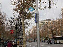 目指すお店はグラシア通りからすぐ。 ちなみにグラシア通りのこの街灯はガウディのデザインなんだとか。