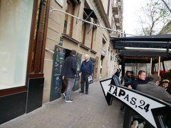 で、辿り着いたのがこちらのお店「Tapas24」。 混み合ってはいたものの運良くちょうどカウンター席が空いたので滑り込む。