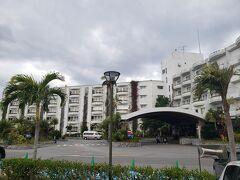 結局、薄日が差した程度で曇りメインのまま 本日のお宿の 沖縄かりゆしビーチリゾート&スパに到着。